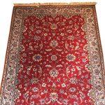 tapis-laine-rouge-decor-fleurs